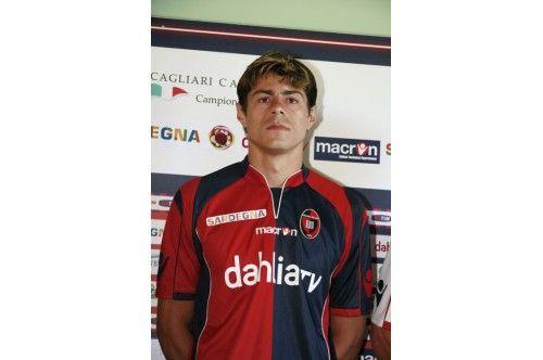 La nuova maglia del Cagliari 2009-2010 indossata da Nene'