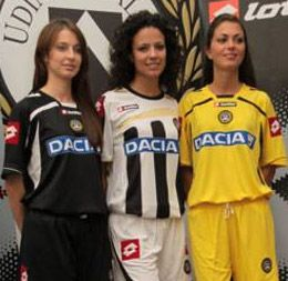 Tre modelle con le nuove maglie dell'Udinese 2009-2010