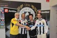 Stretta di mano tra i rappresentanti di Udinese, Lotto e Dacia