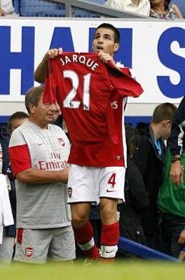 Fabregas prende dalla panchina la maglia di Jarque