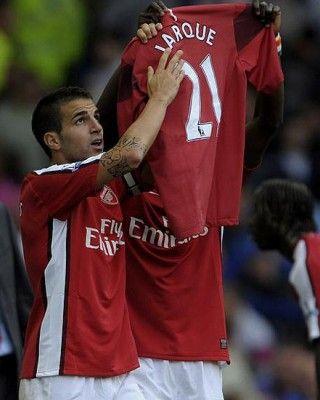 Fabregas mostra al pubblico la maglia di Jarque