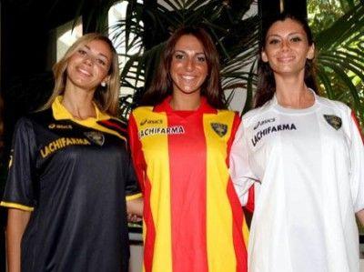 Le modelle con le nuove maglie del Lecce 2009-2010