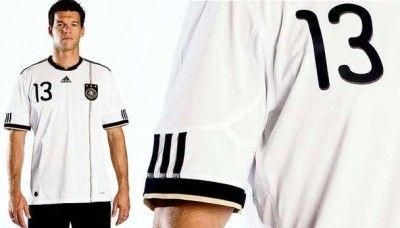 Ballack presenta la maglia della Germania per i Mondiali 2010