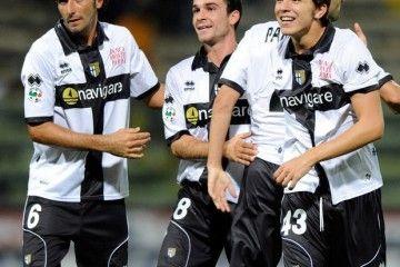 I calciatori del Parma festeggiano dopo la partita con il Catania