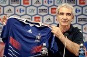 Il CT Domenech mostra la nuova maglia della Francia