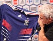 Domenech osserva la maglia della Francia
