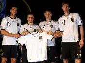I calciatori tedeschi mostrano la nuova maglia