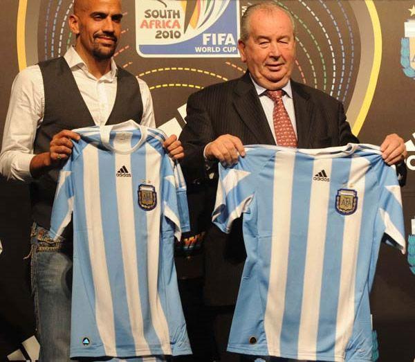 Veron e Grondona con le nuove maglie dell'Argentina