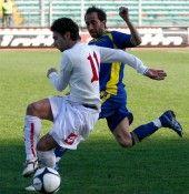Giocatori in azione durante Padova-Hellas Verona