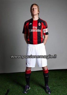 La prima maglia del Milan 2010-2011