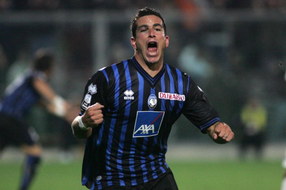 La nuova maglia dell'Atalanta 2010-2011 realizzata da Erreà