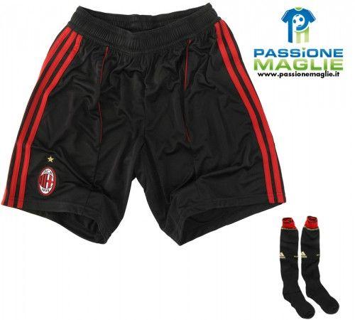 Pantaloncini e calzettoni neri per la terza divisa del Milan