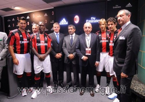 Foto di gruppo alla presentazione della nuova maglia a Malpensa