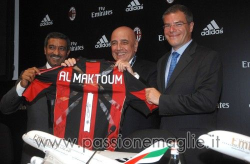 Galliani mostra la nuova maglia del Milan regalata allo sceicco