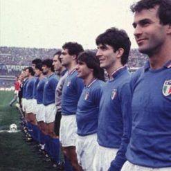 Lo stemma della FIGC con 3 stelle sulla maglia dell'Italia