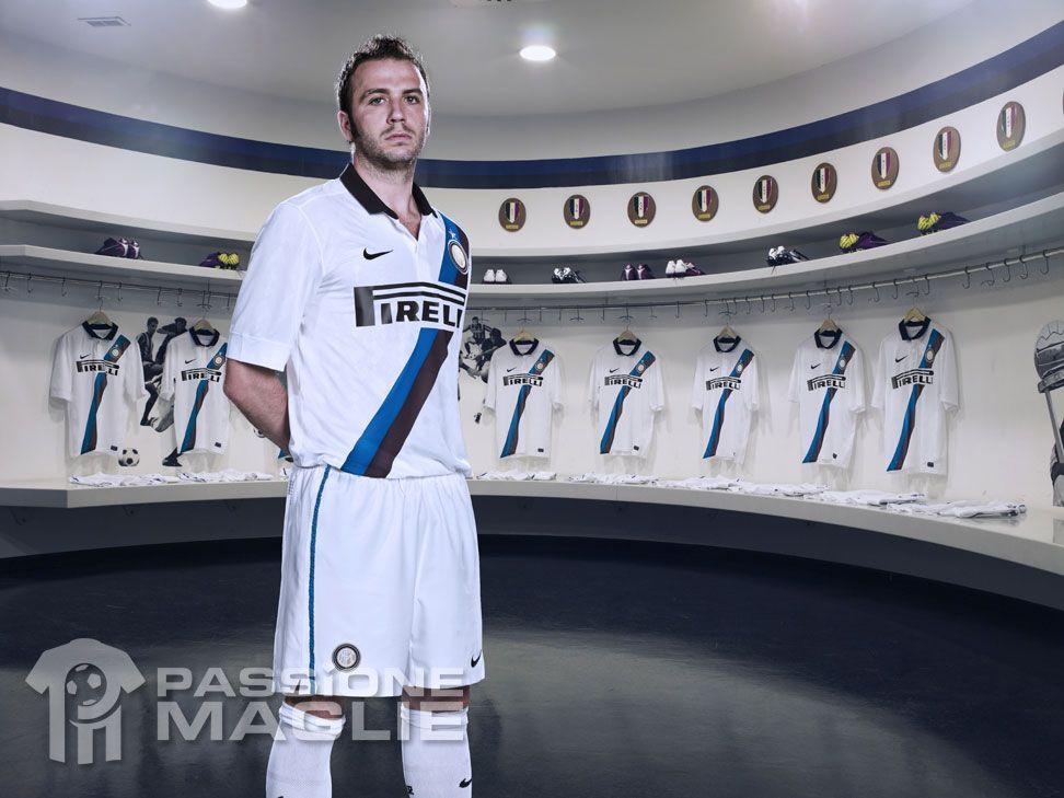 La seconda maglia dell'Inter 2011-2012 presentata a Pechino