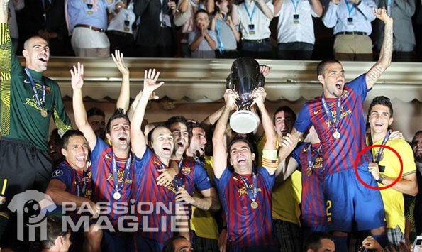 La polo del Barcellona con lo sponsor coperto