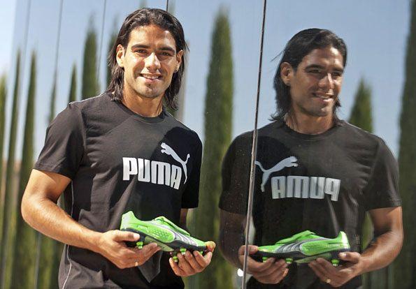 Falcao mostra le nuove scarpe da calcio Puma