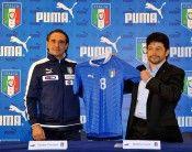Stefano Caroti di Puma SE con il kit dell'Italia 2012