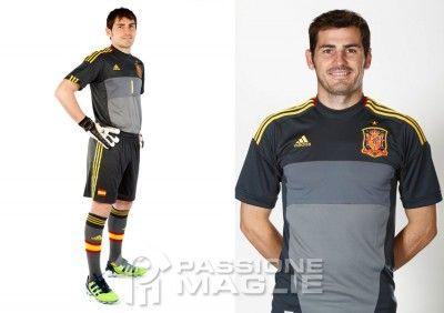 Casillas presenta la seconda divisa da portiere della Spagna