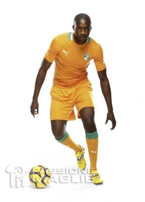 Tourè indossa la maglia 2012 della Costa d'Avorio