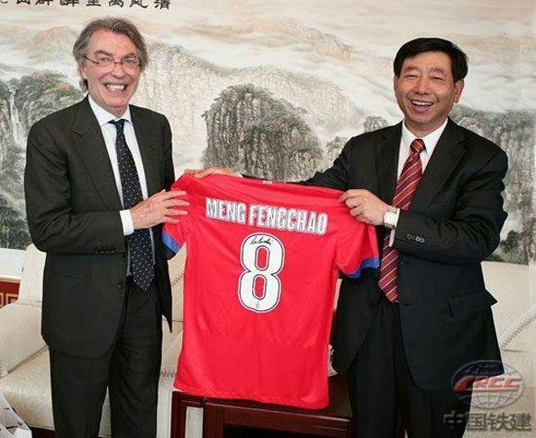 Moratti in Cina regala la divisa away dell'Inter