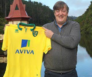 Stephen Fry con la nuova divisa del Norwich City
