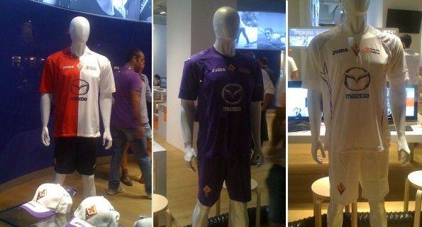 Le nuove divise della Fiorentina in vetrina in un negozio di Piazza della Signoria