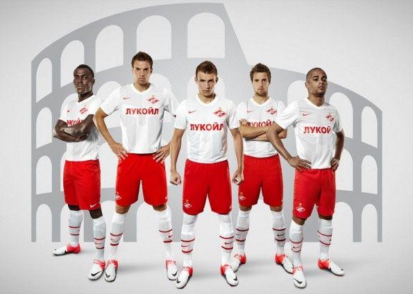 La seconda maglia dello Spartak, con alle spalle un Colosseo stilizzato