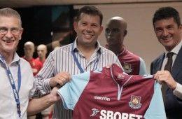 Alec e David Vearcombe ricevono la maglia del West Ham