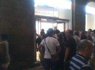 Fila per entrare in un negozio in cui erano in vendita le nuove maglie Joma della Fiorentina