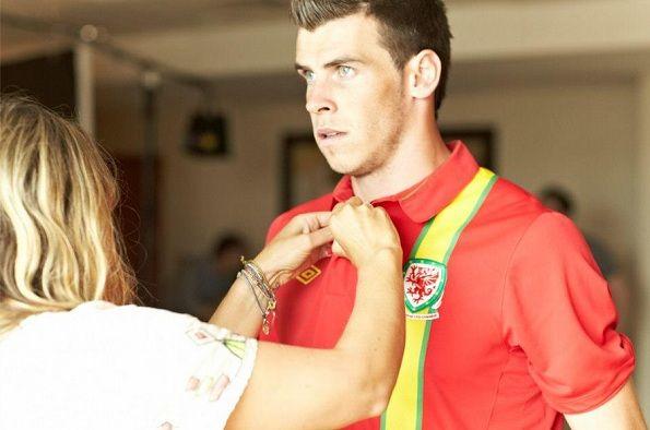 Gareth Bale con la nuova maglia del Galles