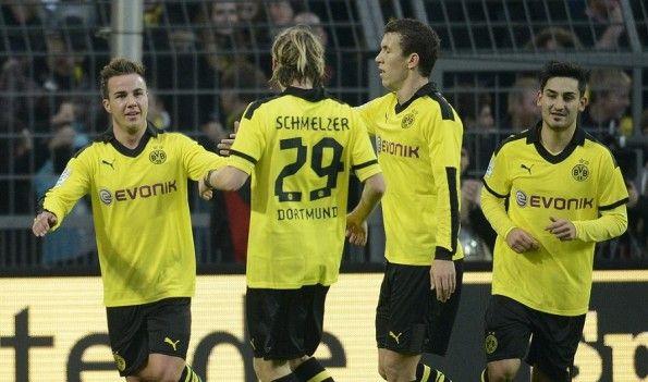 La divisa invernale del Borussia Dortmund in campo contro il Greuther Furth