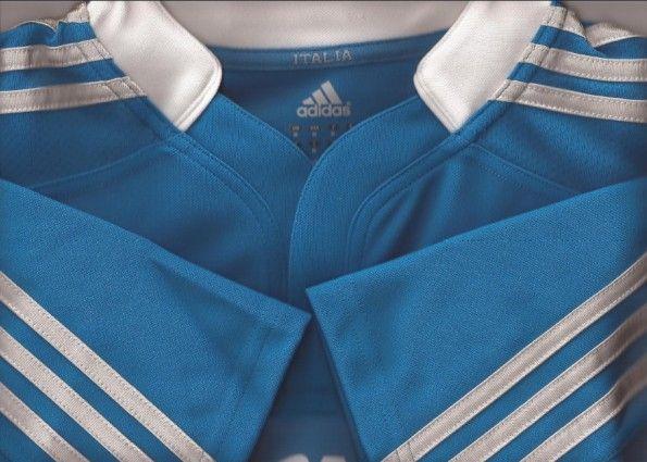 Il colletto e le tre strisce della maglia Adidas dell'Italrugby