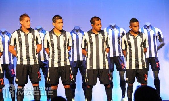 Calciatori Alianza Lima con il nuovo kit 2013