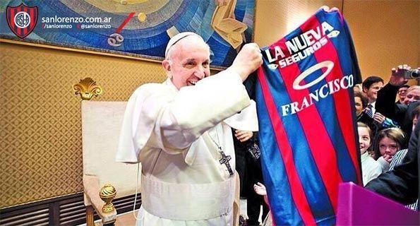 Papa Francesco mostra la sua maglia del San Lorenzo