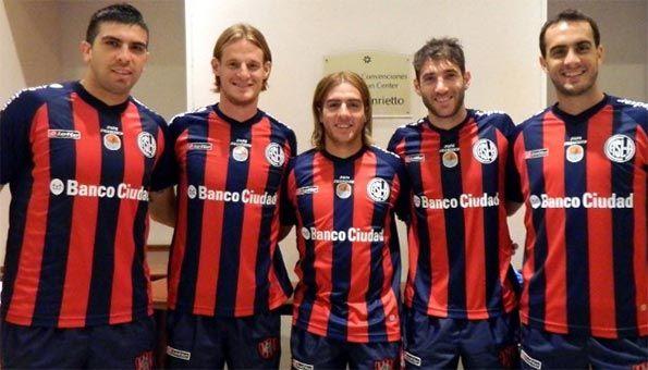 Calciatori del San Lorenzo con la maglia dedicata al Papa Francesco
