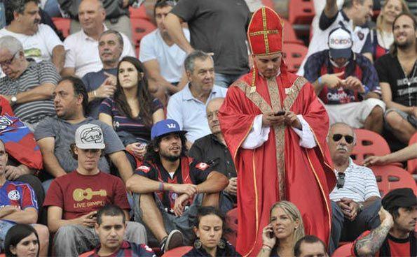 Tifoso San Lorenzo vestito cardinale