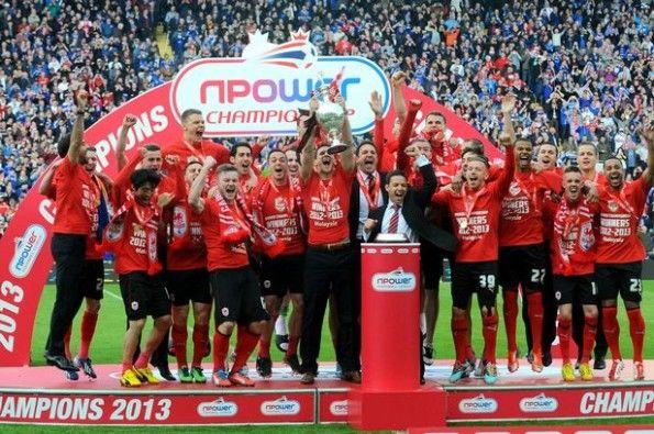 Il Cardiff con il trofeo della Championship 2012-2013