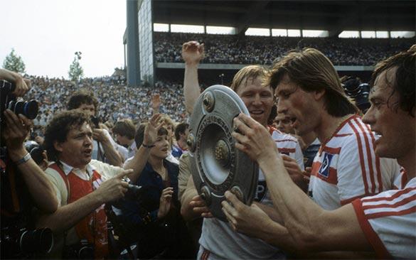 Giocatori Amburgo festeggiano titolo 1982-1983