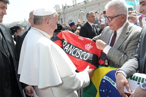 La maglia del Flamengo regalata a papa Francesco