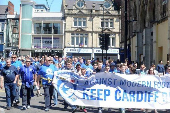 Manifestazione dei tifosi del Cardiff City per il ripristino del colore blu