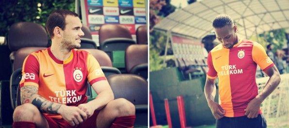 Sneijder e Drogba con la maglia 2013-2014 del Galatasaray