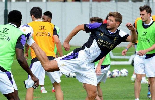 Gerrard indossa terza maglia Liverpool Warrior