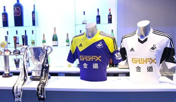 Maglie 2013-2014 Swansea City esposte accanto Capital One Cup