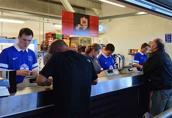 Staff Cardiff indossa maglia Everton
