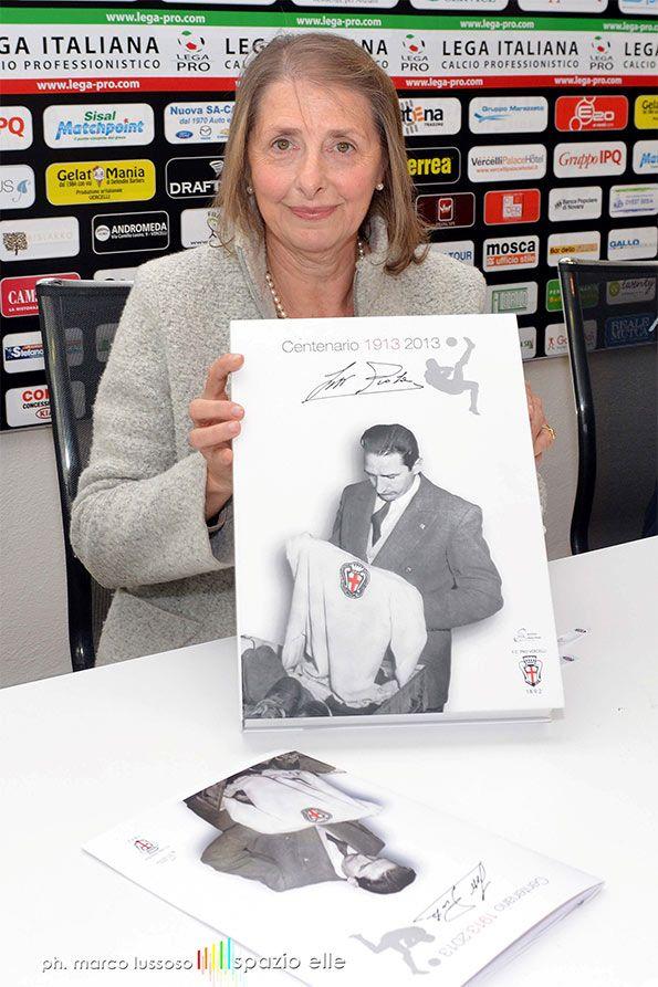 Silvia Piola mostra maglia speciale Pro Vercelli