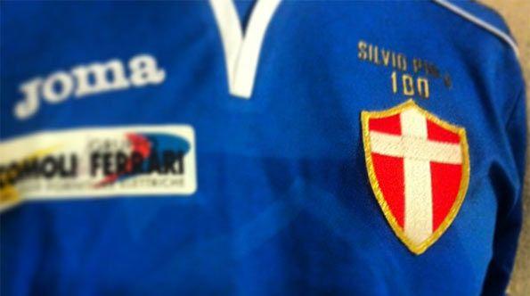 Dettaglio stemma maglia Novara Piola