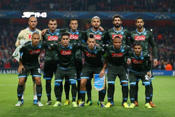 Il Napoli in maglia mimetica contro l'Arsenal
