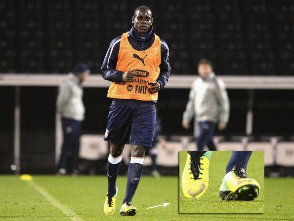 Balotelli scarpe Nike baffo coperto